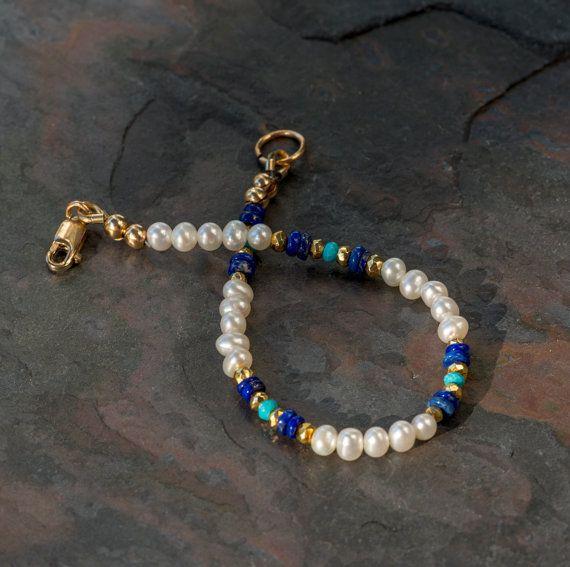 Esta delicada pulsera de perlas características pequeñas (3-4mm) de perlas blancas cultivadas redondeos, con buen brillo, acentuado con genuino azul lapislázuli auténtico dormir belleza turquesa cuentas. El blues se fijan apagado de uno a y de las perlas por los granos de pirita de
