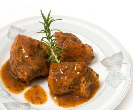 Un semplicissimo secondo piatto leggero, tutto da interpretare, lo spezzatino di pollo è perfetto per qualsiasi occasione e si sposa senza problemi a ogni tipo di contorno e salsa: 3 varianti: alle noci, ai funghi, al curry