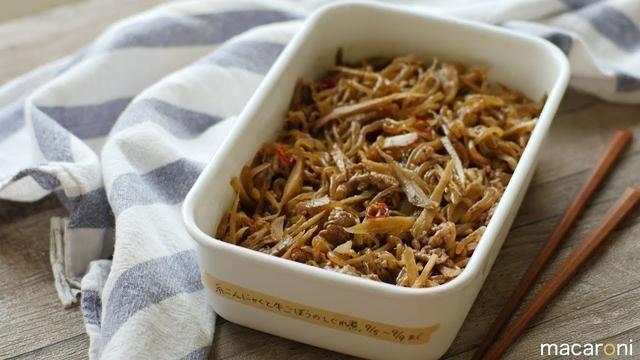 「糸こんにゃくと牛ごぼうのしぐれ煮」のレシピと作り方を動画でご紹介します。ささがきごぼうと牛肉を、糸こんにゃくと一緒にしぐれ煮にしました。ご飯にのせたりおかずとして食べたり…時間が経つほどにおいしくなる作り置きの定番メニューです♪. ■材料(20分). ・糸こんにゃく:1パック(200g). ・牛切り落とし肉:200g