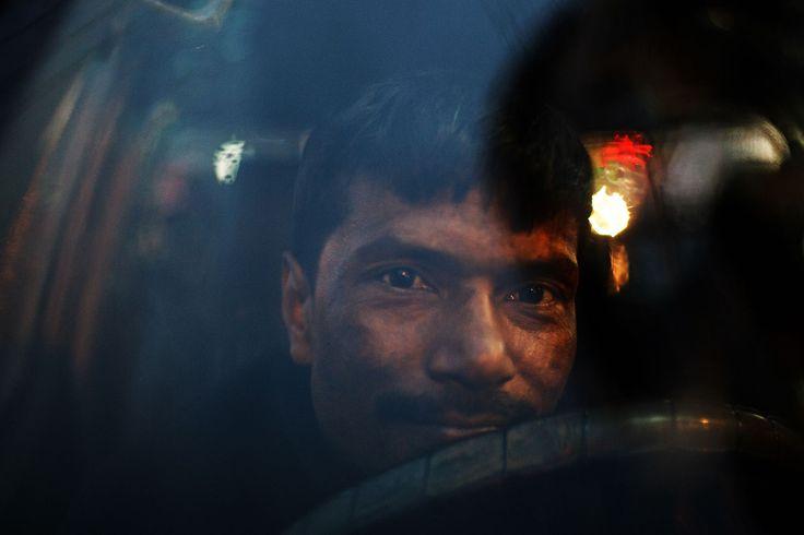 bangladesh_dhaka_motijheel_street_night_rain_portrait_driver