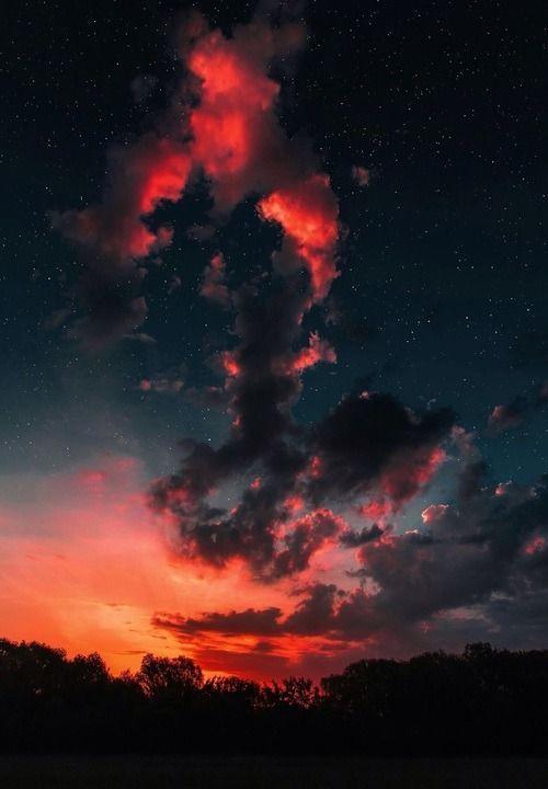 Schöner Sonnenuntergang mit Rot in der Dunkelheit