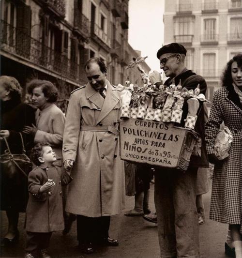 Vendedor de polichinelas, Madrid, c. 1953. #Fotografía Francesc Català Roca @Qomomolo
