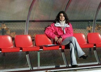 コスタ氏は、21歳で初めてポルトガル・サッカー協会の監督養成コースを受講し、ほとんどが男性という120人の受講者の中を首席で卒業した。欧州サッカー連盟認定の指導者ライセンスを持つコスタ氏は、スポーツ科学の学位も取得している。- AFP | フランス2部リーグのクラブに女性指揮官誕生