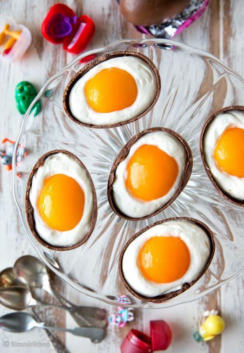 Valkosuklaavaahdolla täytetyt suklaamunat päättävät pääsiäisen juhla-aterian herkullisesti. Ulkonäöstä huolimatta herkku ei sisällä kananmunaa, vaan hämäys on tehty aprikooseilla. Lusikoiden vai haukaten - tyyli on vapaa! 12 kappaletta Ainekset: 6 (à 50 g) isoa suklaamunaa 200 g aprikoosinpuolikkaita 1 liivatelehti 2 dl vispikermaa 100 g valkosuklaata 250 g maustamatonta tuorejuustoa ¾ dl aprikoosien sokerilientä Halkaise suklaamunat […]