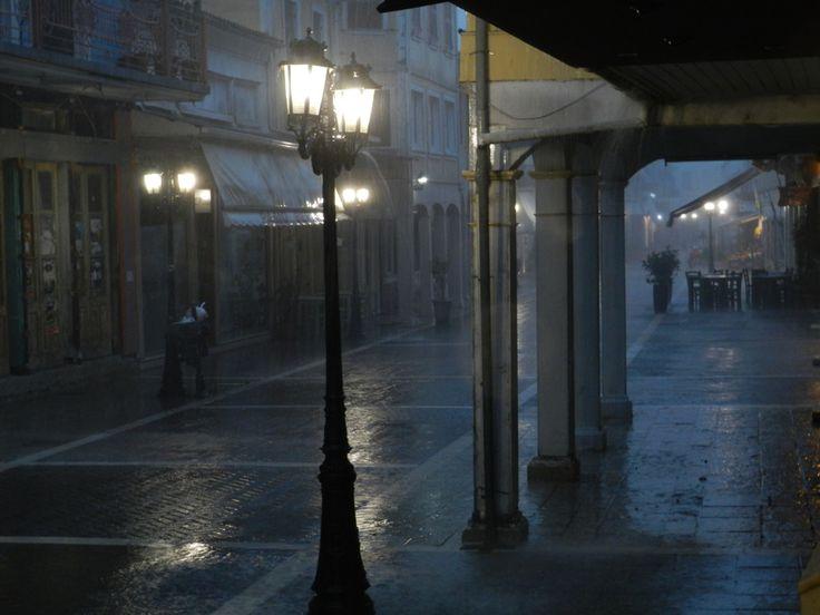 Κεντρικός δρόμος βράδυ με βροχή.