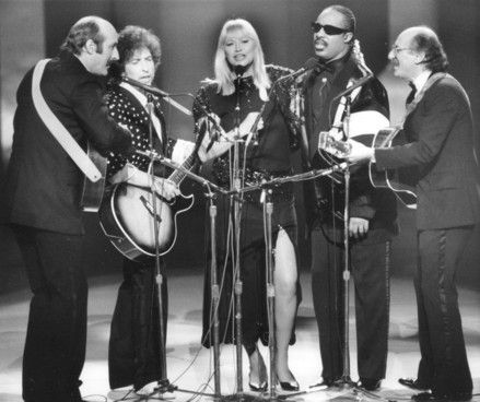 Mary Travers of Peter, Paul & Mary has died aged 72. She is seen here performing with Dylan and Stevie Wonder, plus Paul Stookey & Peter Yarrow.