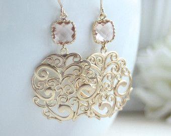 ♥´¨) ¸.•´ ¸.•*´¨) (¸. •´ ♥ ~ wunderschöne Matte gold filigran schön kompliziert und Informationen rund um. Es wird aus Eis Rosa Glas Tropfen und trüben resistent, vergoldet über französische Ohr Messingdrähten angehalten. Schön für die rosa und gold themed Hochzeitstag oder alltäglichen Ohrringe für sich oder jemand besonderen.  Filigrane misst ungefähr 1 Zoll im Durchmesser. Gesamtlänge der Ohrhänger sind ca. 2 1/4 Zoll. Nickel und bleifrei.  :: Für moderne Ohrringe: https://w...
