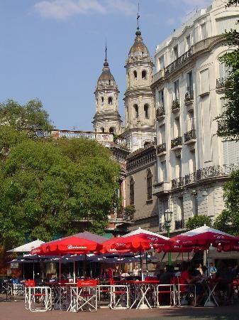 La Plaza Dorrego es un centro en Buenos Aires, Argentina. Hay muchas comidas…