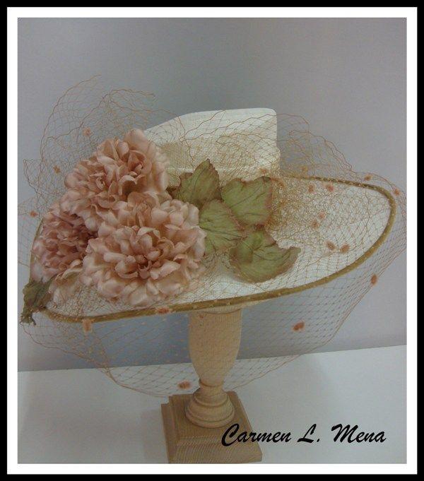 Sombrero con flores artesanales