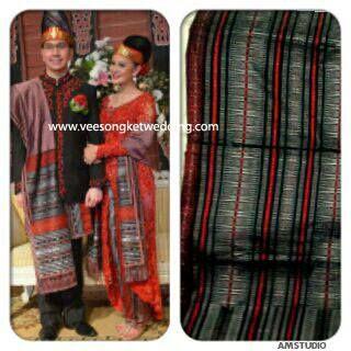 Astrid Tiar - Artist Indonesia Inspirasi busana pengantin Batak mengenakan Songket Tarutung Tumtuman Merah Silver
