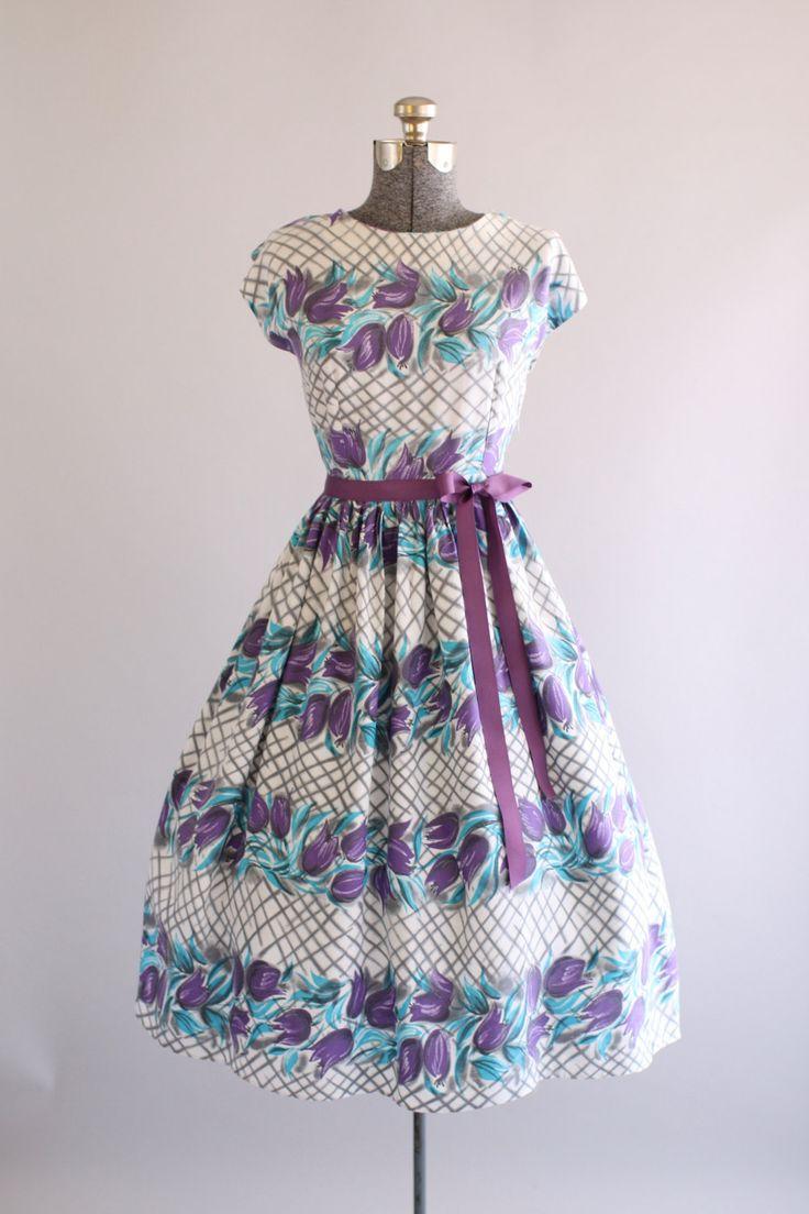 Deze jaren 1950 katoenen jurk functies een paarse en turquoise tulp afdrukken…
