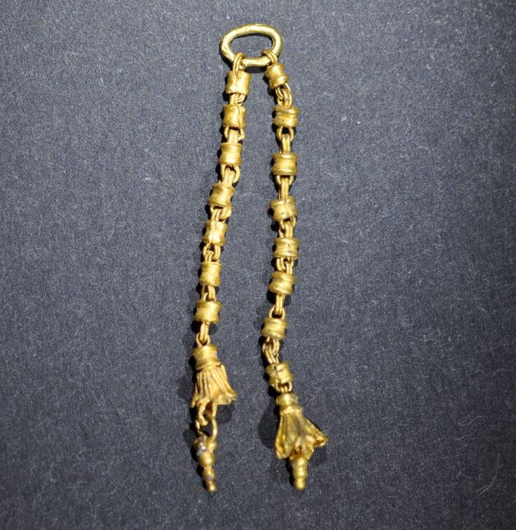 Greek gold chains with pendants, fragment from earring, 4th-3rd century B.C. Masterworks of gold craftsmanship, Greek gold chains with pendants, 4th-3rd century B.C. Masterworks of gold craftsmanship, 3 cm long. Private collection