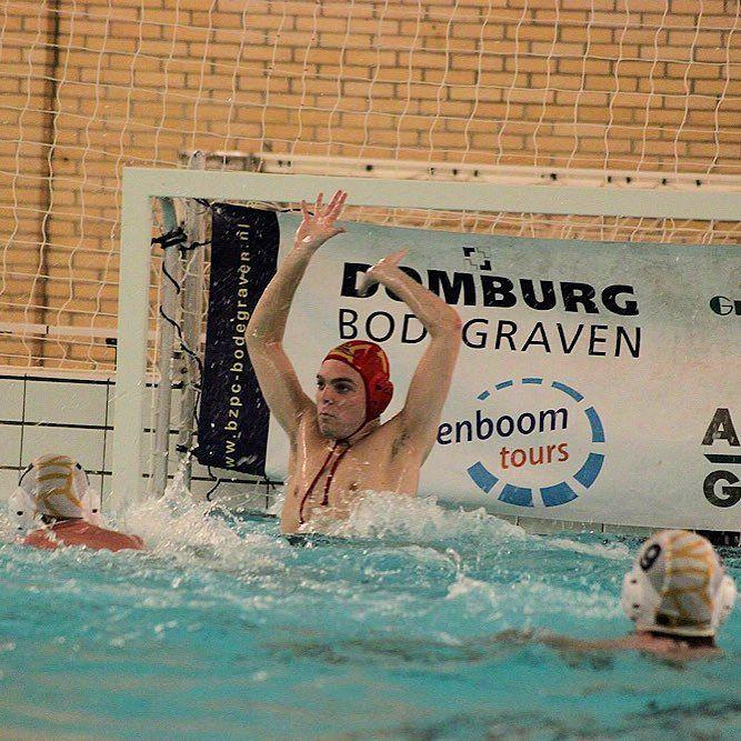Waterpoloërs BZ&PC kijken weer omhoog  Na het dure puntenverlies in de eerste twee competitiewedstrijden hebben de waterpolomannen van BZ&PC eindelijk de eerst overwinning van het seizoen binnen. Dankzij een 10-13 overwinning op ZV Utrecht kunnen de Bodegravers weer aansluiten bij de top van de competitie.  BZ startte de wedstrijd voortvarend al snel stond er een 0-2 voorsprong op het scorebord. Deze voorsprong werd in de rest van de wedstrijd niet meer uit handen gegeven. Het lukte de…