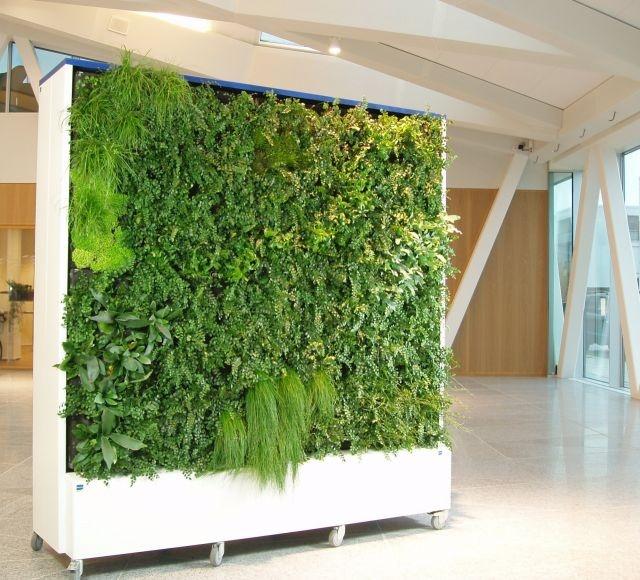 Fritstående plantevæg  Planter på begge sider. Plantevæggen kan flyttes rundt da den har integreret vandingsystem, som kun kræver adgang til strøm.