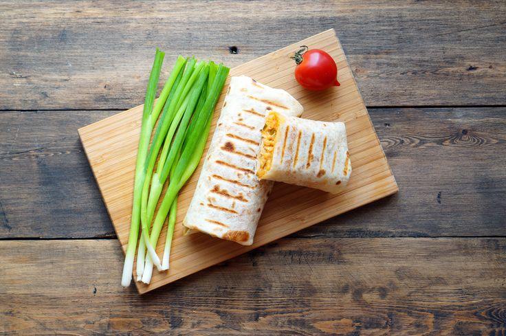 Буррито / начинка из обжареного чеснока, зеленого лука, курицы, томатной пасты, риса, сыра, куриного бульона