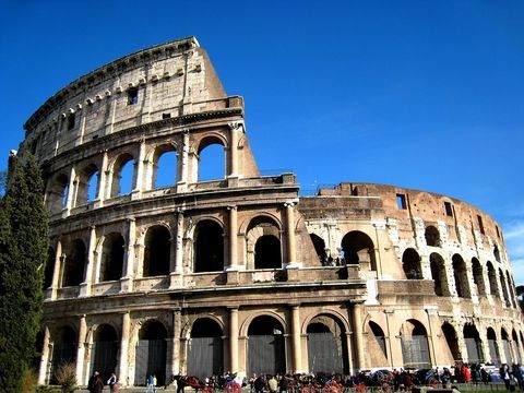 コロッセオは「永遠の都」ローマのシンボルです。誰もがその名前を知り、写真でその勇姿を見たことがあるでしょう。あまりにも有名なこの円形闘技場は、1980年、堂々の世界遺産に登録されました。コロッセオは、ローマだけでなく、50件(2014年6月時点)に及ぶイタリアの世界遺産の代表とも言える一大観光名所です。