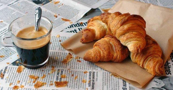 Egyik nagy kedvencem reggelire a vajas croissant, mert egy kis lekvárral, mogyorókrémmel vagy gyümölcsökkel tökéletes napindító csemege. Elhoztam Neked a leggyorsabb receptet, hogy otthon is könnyedén el tudd készíteni ezt a finom és egyszerű péksüteményt.