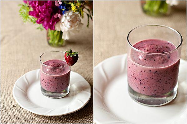 Prepare 2 gelatinas conforme a embalagem mas usando apenas metade da água indicada (apenas 5000ml no total). Assim que a gelatina amornar, bata num liquidificador com 16 morangos e 1 copinho de iogurte desnatado.