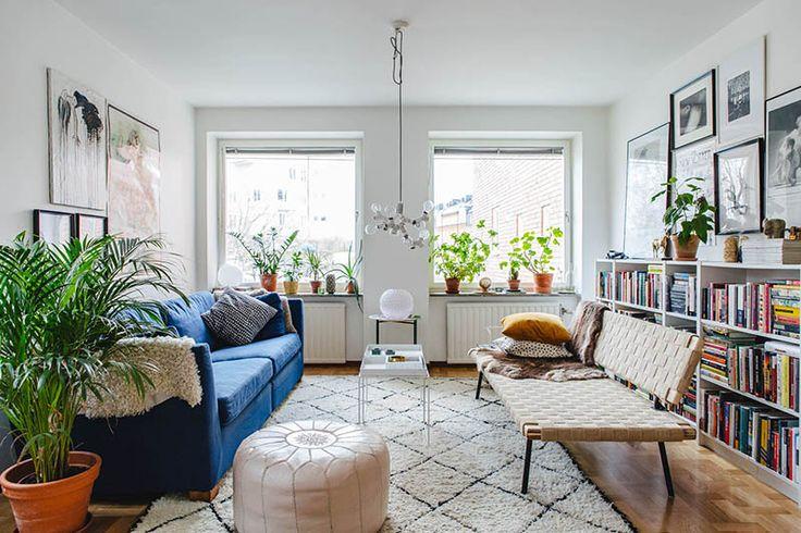 Södermalm - gröna murriga nyanser, och vackra golv: Hoppas ni haft en härlig helg. Äntligen fick vi se lite sol i Stockholm efter månader med gråa mörka dagar. Genom att det är nya vecka betyder det också uppdatering på försäljningssidan av bostäder i Sverige. Vi har snappat upp en fantastisk lägenhet på Hästholmsvägen 10, Södermalm i Stockholm.