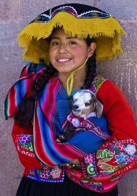 CUSCO, Perú - El 28 De Mayo: Chica Peruana No Identificada En Ropas Coloridas Tradicionales Sosteniendo Un Cordero En Armas Aquí En La Fotos, Retratos, Imágenes Y Fotografía De Archivo Libres De Derecho. Image 10582087.