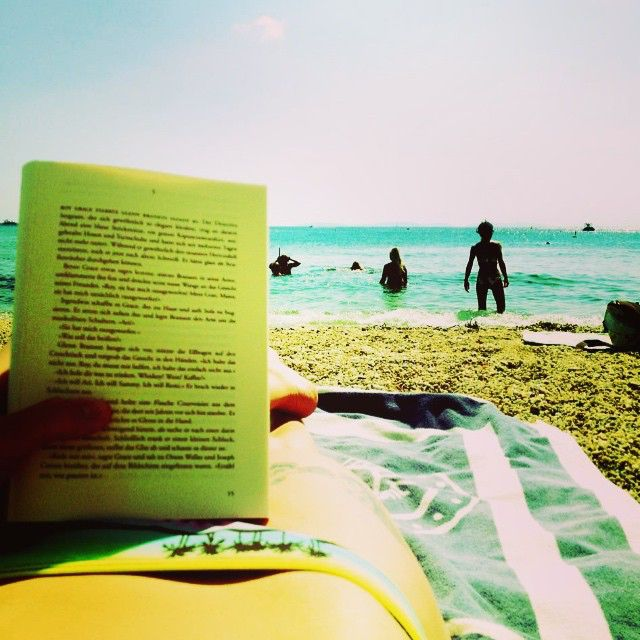 #relax #lesen #beach #cavalairesurmer #strand #meer #buch #ocean #wellen #cotedazur #südfrankreich #blue #water #sky #sonne #strand #tattoo #yacht #water #sun #remember #last #holiday #palmen