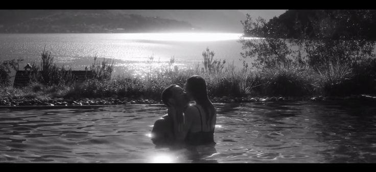 Referência take da piscina, quando ele dá o anel de noivado para ela.