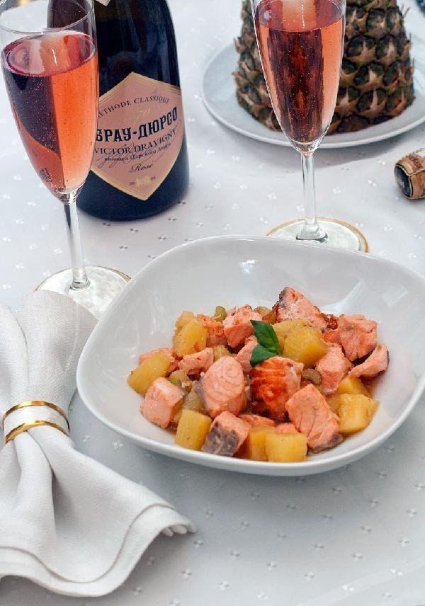 Жареный лосось с ананасами и розовым шампанским
