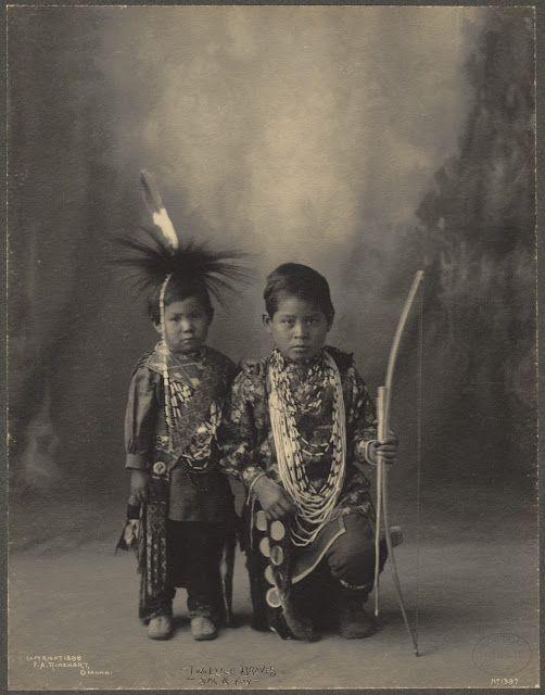Frank Albert Rinehart (1861-1928) è stato un artista americano famoso per le sue fotografie che ritraggono personaggi nativi americani, in particolare i capi e i membri delle delegazioni che hanno partecipato al Congresso Indiano 1898 a Omaha.  Le fotografie sono state realizzate con una fotocamera 8 x 10 pollici su lastre di vetro.