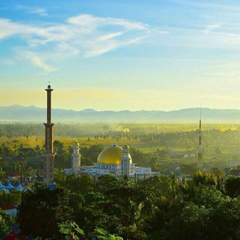 """Maka nikmat Tuhan mu manakah yang kamu dustakan?"" In frame: masjid raya Sengkang, Kab. Wajo #explore #indonesia #exploreindonesia #exploreeverything #mosque #sunset #landscape #moeslem #nature #jjs_wajo #explorewajo #instasengkang #visitwajo #jjs_makassar #jjs_indonesia"