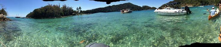 Panorámica de playa azul, isla Grande