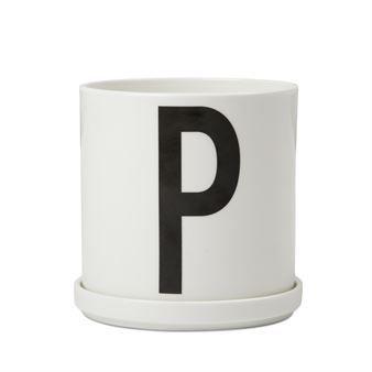 Design Lettersin kukkaruukussa on kirjain P, kuten Plants. Tyylikästä kukkaruukkua koristaa Arne Jacobsenin klassinen typografia vuodelta 1937.