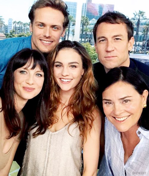 Sam Hueghan, Tobias Menzies, Sophie Skelton, Caitriona Balfe and Diana Gabaldon with Leannne Aguilera for ET at SDCC2017 in San Diego on Friday (Juli 21, 2017) | x