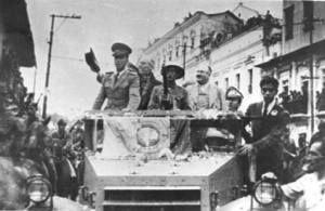 """""""Entrada de Velasco Ibarra junto con militares"""", Archivo Histórico del Ministerio de Cultura."""