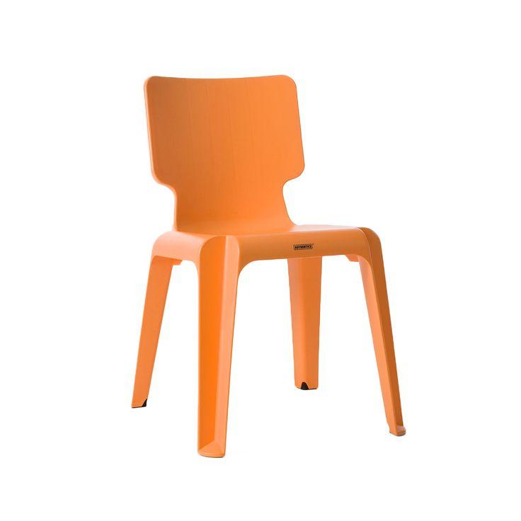 Articolo: 1085068_Parent skuLa Sedia Wait di Autenthics è una seduta incredibilmente innovativa, di design, curata fin nel minimo dettaglio con amore e attenzione. Essa è stata progettata per essere un elemento funzionale comodo e pratico, ma anche per essere un complemento di design che possa portare luce e colore nelle case di chi sceglie di acquistarla. Essa è presente sul mercato in moltissime tonalità diverse: arancione, azzurro, bianco grigio, blu cobalto, bianco traslucido, nero…