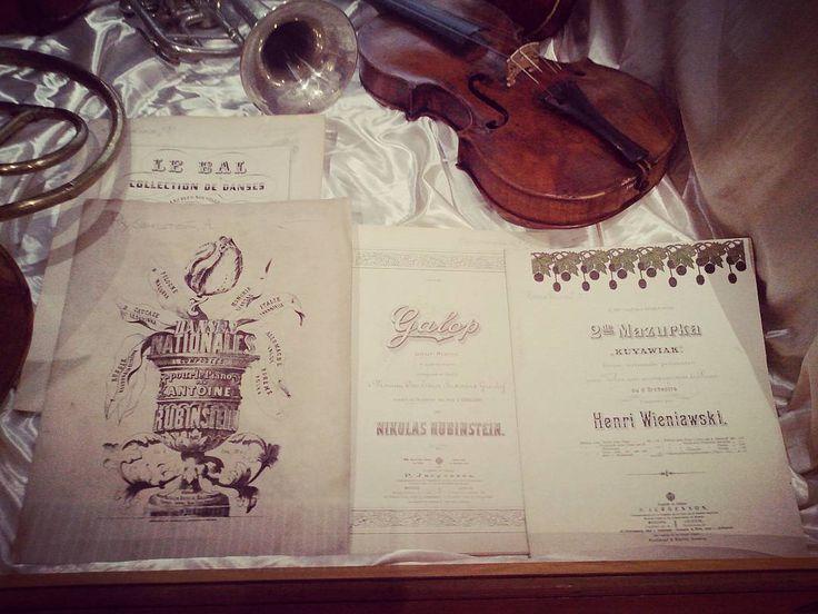 Музыкальные инструменты и ноты танцев, исполняемых на балах. Сейчас эти танцы можно увидеть в классических балетах. Music & dance. #ballet #balletmaniacs #music #musicnotes #vintage #dance #art #violin #museums #exhibition #moscow #балет #старинныевещи #скрипки #искусство #музыка #музеи #выставки #москва