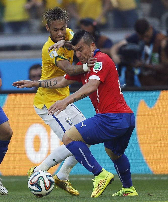 Brazil's Neymar fights for the ball with Chile's Gary Medel during the World Cup round of 16 soccer match between Brazil and Chile at the Mineirao Stadium in Belo Horizonte, Brazil, Saturday, June 28, 2014. (AP Photo/Frank Augstein)