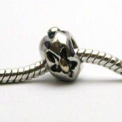 Charm med sort blomst og gylden effekt. Kan bruges med smykker fra Pandora og Troldekugler.