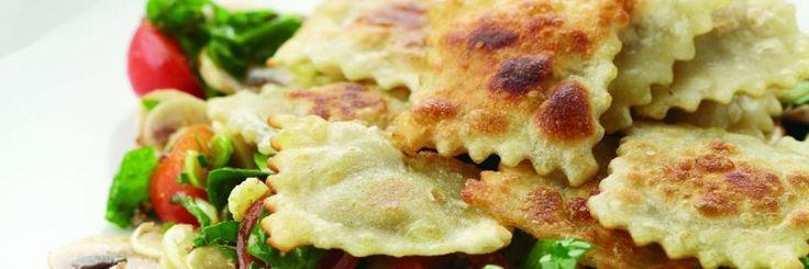 Gebakken ravioli met spinazie-champignonsalade