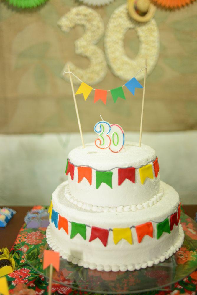 Meu bolo! Cobertura de glacê, com bandeirinhas em pasta americana.
