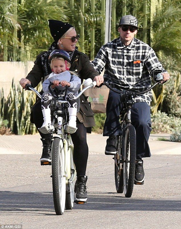 Pink and Willow on a bike ride. Looks like fun! ♥ Like my pins? Pls share and visit my celebrity site at www.celebritysize... ♥ #celebritysizes #pink #willow