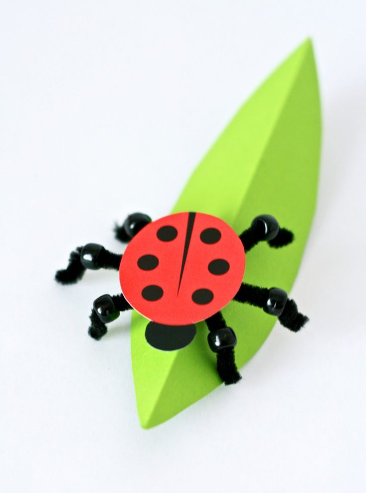 Kids will love making this Paper Ladybug #spring #kidscraft from PagingSupermom.com