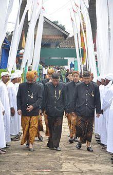 erdasarkan penggunaannya pakaian adat Jawa Barat dapat dikelompokkan sebagai pakaian adat kaum bangsawan, pakaian adat golongan menengah, pakaian adat rakyat biasa, pakaian mojang dan jajaka, serta pakaian adat pernikahan.