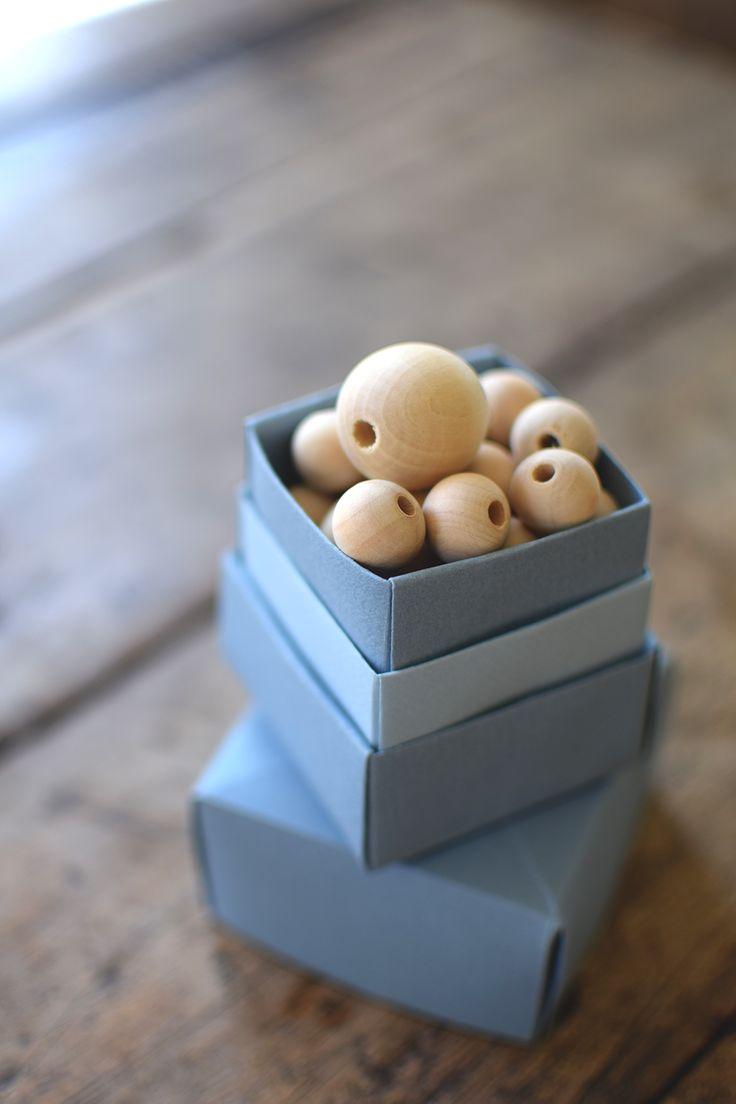 Små lådor och askar kan man aldrig få för många av eller hur? Här lär du dig vika en låda av papper och lär aldrig köpa en ny.