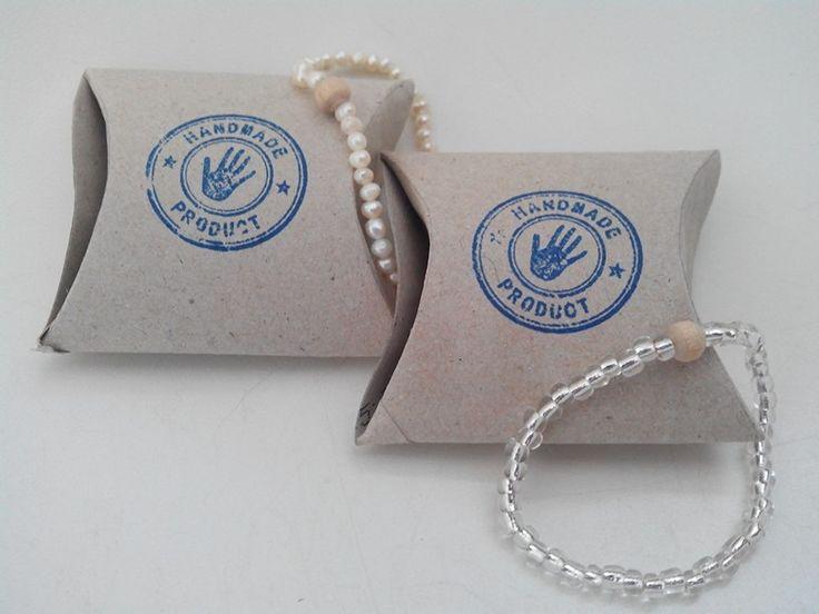 Zelf gemaakte armbandjes in een doosje van toiletrol met stempel.