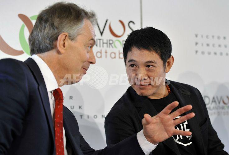 スイス・ダボス(Davos)で、世界経済フォーラム(World Economic Forum、ダボス会議)で行われた慈善活動に関する懇談会に出席した、中国のアクション俳優ジェット・リー(Jet Lee)さん(右)とトニー・ブレア(Tony Blair)前英首相(2009年1月29日撮影)。(c)AFP/FABRICE COFFRINI ▼30Jan2009AFP|ジェット・リー「募金でなく心を求めに来た」、各界要人と慈善活動の重要性訴える http://www.afpbb.com/articles/-/2566025 #JetLee