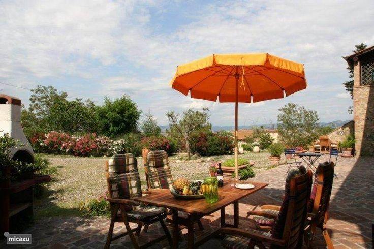 Uw prive terras met hardhouten stoelen en tafel, parasol en eigen BBQ met uitzicht op de tuin en het dal.