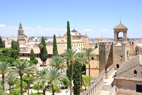 No hay duda de que Córdobaes una de las ciudades más atractivas de la región deAndalucía, en España.Situadaal suroeste de este país, la separan de Madrid unos400 kilómetros (cuatro horas por carretera ymenos de dos en el tren de alta …