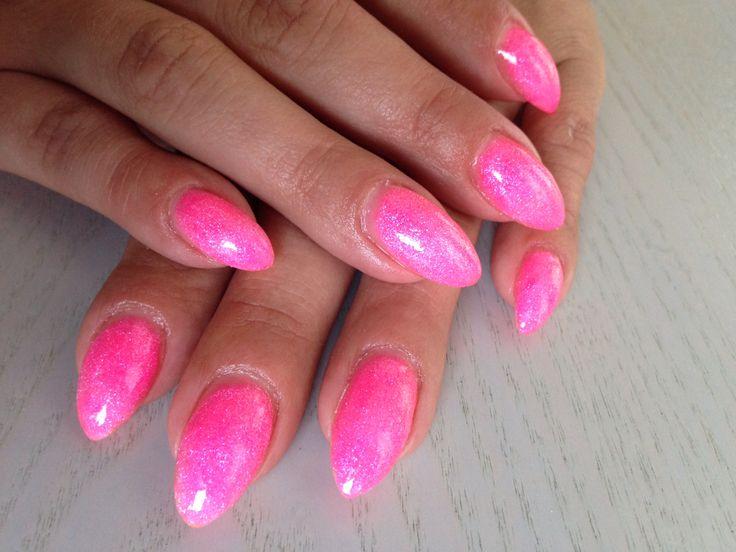 Vrolijk zomers roze nagels