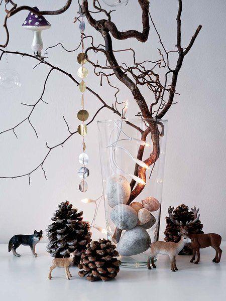 Decoración navideña: jarrón con ramas y adornos navideños