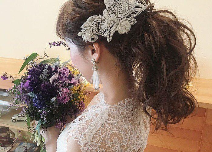 ローでもアップでもない ミディアムポニーテール の花嫁ヘアが